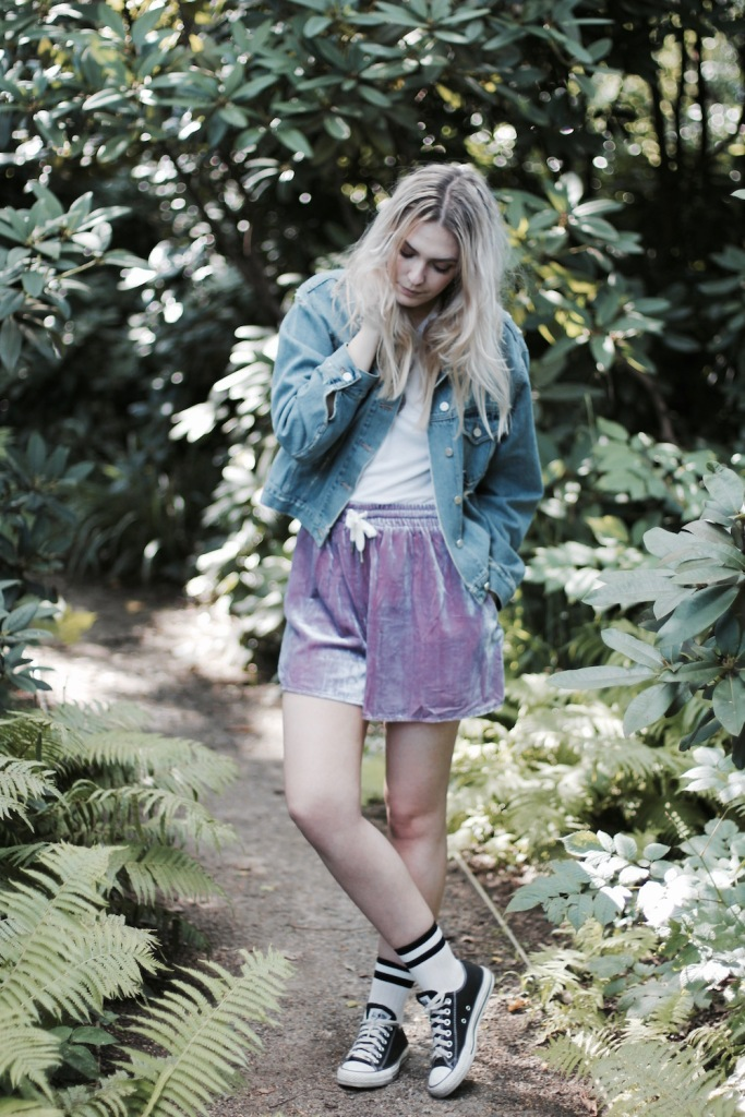 Style-by-Marie-Fashionblog-Berlin-Weekday-Samtshorts-Jeansjacke-2