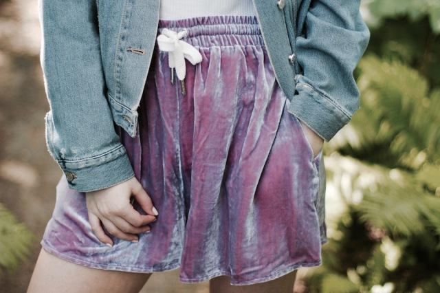 Style-by-Marie-Fashionblog-Berlin-Weekday-Samtshorts-Jeansjacke-5