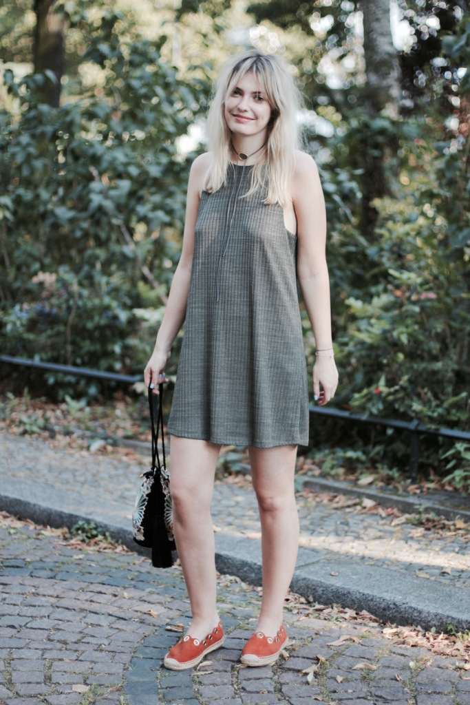 style-by-marie-outfit-khaki-kleid-chloe-espadrilles-3