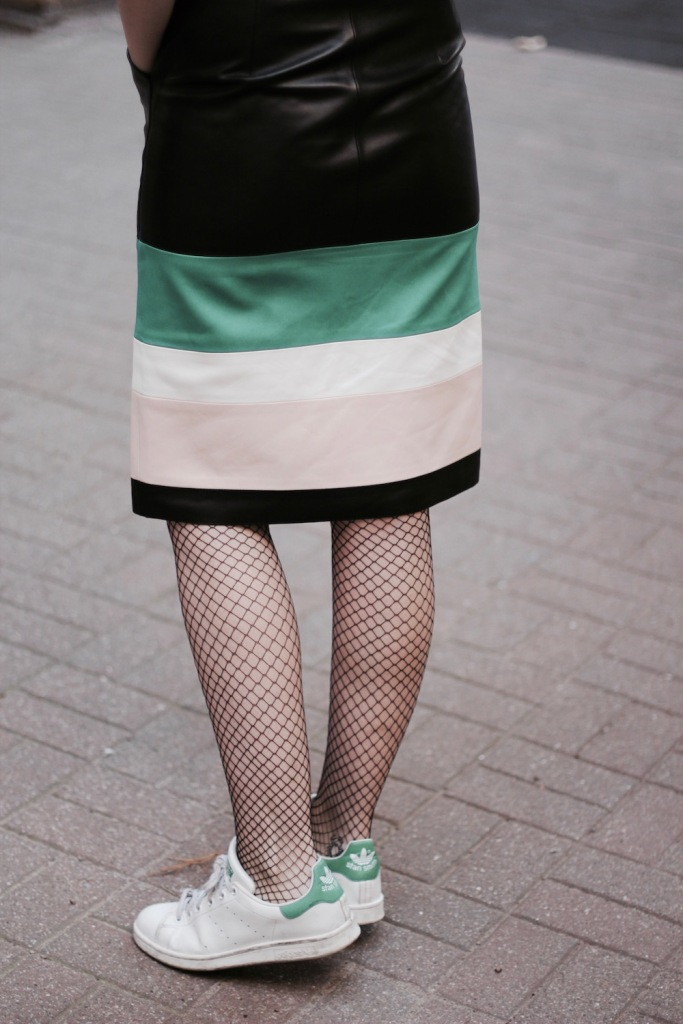 style-by-marie-outfit-lederrock-jonathan-saunders-netzstruempfe-adidas-stan-smith-10