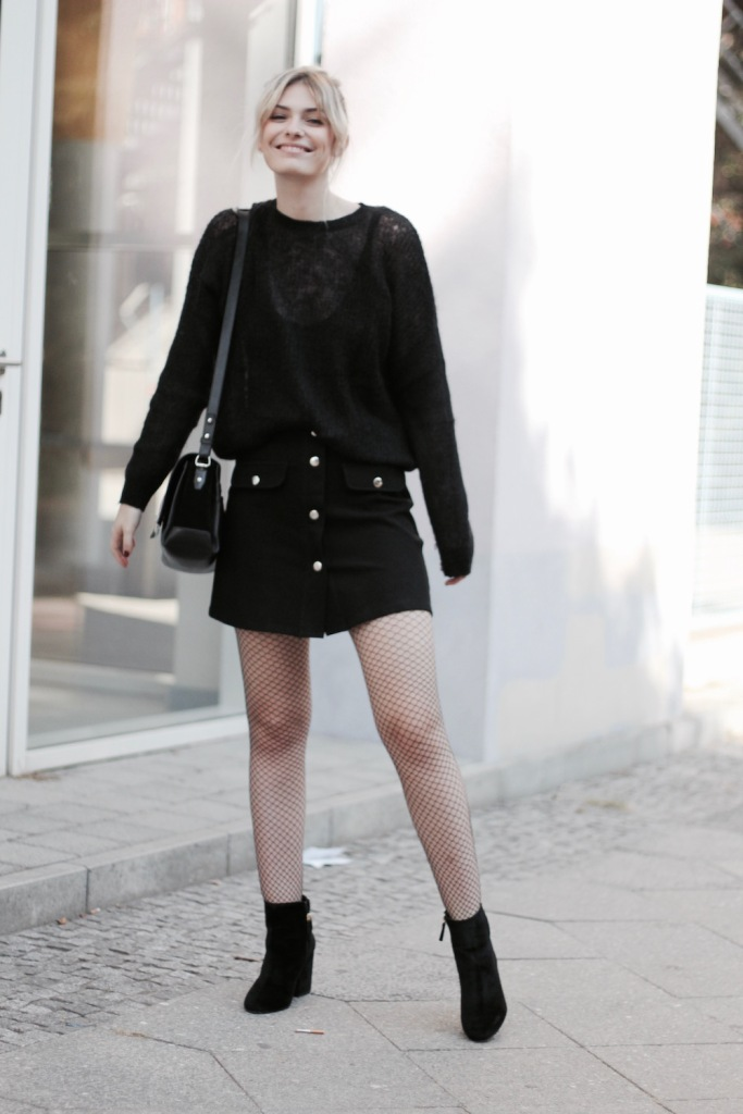 style-by-marie-outfit-netzstruempfe-samt-boots-all-black-5