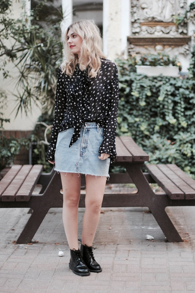 style-by-marie-outfit-sternenbluse-jeansrock-doc-martens-1