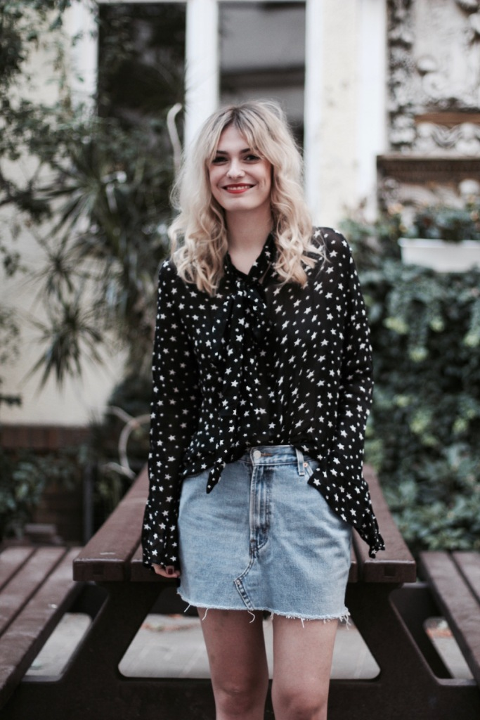 style-by-marie-outfit-sternenbluse-jeansrock-doc-martens-7